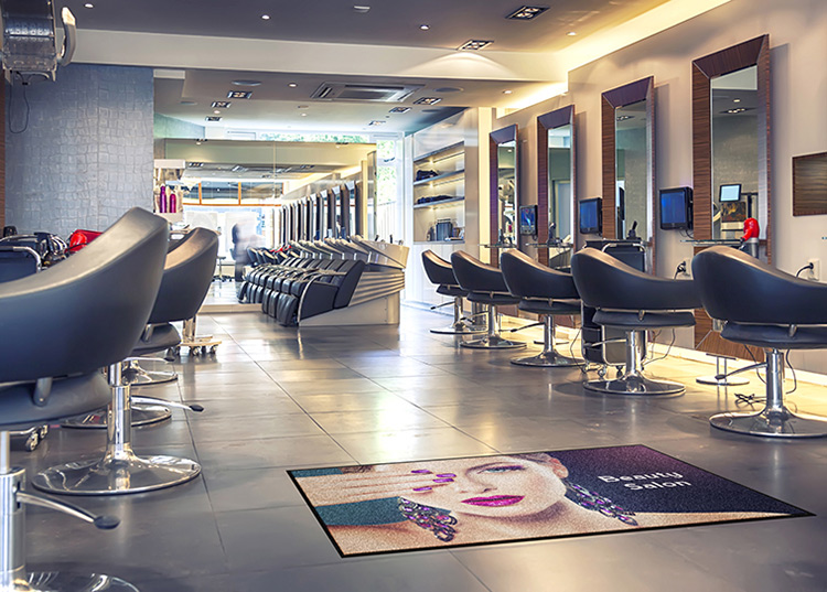Mata wejściowa z nadrukiem w salonie fryzjerskim